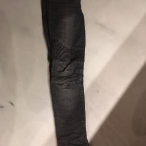 Bukserne er str 26 og er en anelse store i str.