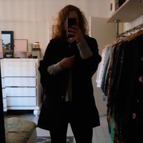 Så lækker frakke fra DAY Birger et Mikkelsen. Har fede detaljer på ærmer og frakkens bund og en krave der kan knappes op.  Der står 36 i frakken og den er ment som oversize, men kan sagtens passes af 36-40.   Kom med et bud 😊