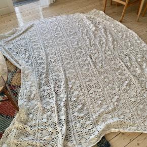 Flotteste store vintage sengetæppe. Super fint og tungt. Har et par små pletter hist og her men ikke noget der ses tydeligt. Kan måske komme af.   Skal afhentes på Amager :)