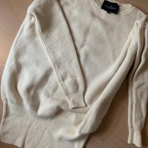 Lækker stor oversize vamset trøje i ren uld.  Str s men passer de fleste.  Fnuller her og der, men kan nemt fjernes.