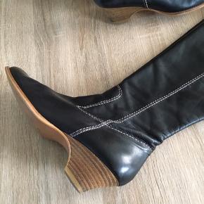 Lækre sorte støvler. Skaftvidde 36. Brugt 2 gange og i perfekt stand. Nypris 1999,-