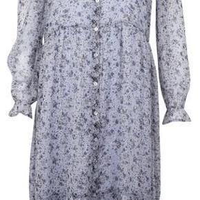 Helt ny og ubrugt cold shoulder kjole med underkjole lys petroliums blå mange til modellen så man kan se hvordan den sidder, dig har min huller ved skulder og er blå  Mærket L men passer rigtig godt en m