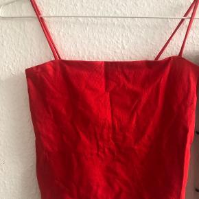 Sælger denne fine top fra Gina tricot   Stadig prismærket på, fordi jeg aldrig har fået den brugt, og desværre er blevet for stor til at kunne være i den. Trøjen sidder en smule stramt, så størrelsen svarer nok mere til xs & xss