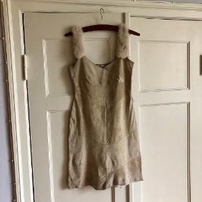 Helt unik skindkjole. Originalt en Vila kjole som er blevet syet om. Har pels-stropper 🐰 Lynes i siden. Fremstår ret flot! Ingen har en magen til.