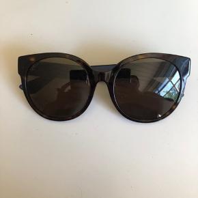 Smukke solbriller fra Gucci. Modellen hedder GG0035SA. Der er ridser på højre brilleglas og en ridse på Venstre. Jeg kan sende flere billeder. Etui og klud medfølger. Jeg har ikke kvitteringen. Kom med et fornuftigt bud. Urealistiske bud besvares ikke.