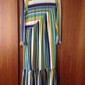 Forever stripe dresty  96% viscose og 4% elastan  Størrelsen er ikke angivet i kjolen, men jeg er 173, slank og passer normalt en str. M/38
