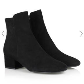 Sælger disse sorte støvler fra Billi Bi, som kun er brugt et par timer, to gange. Men jeg må erkende, at de er for små til mig, hvorfor de sælges.  Særligt ideelle til kjoler og nederdele, da de går tæt ind til benet.   De er en str. 38. Købt i vinteren 2018. Np var 1.500 kr.   Om støvlen: Sort ankelstøvle i ruskind med chunky hæl, rund snude og lynlås på indersiden. Som en fin detalje er skaftet længere fortil end bagtil.   • Hæl: 4,5 cm • Sål: Gummi • Normal i størrelsen