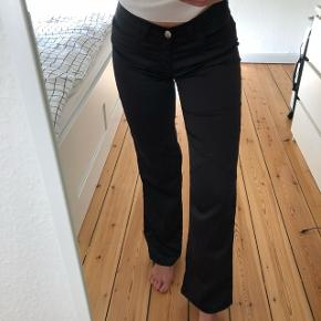 Diesel bukser med brede i benene/bootcut. 100% polyester. Sidder så flot på bagdelen!