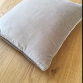 Helt ny pude købt i SkjalmP i den blødeste velour Smuk grå douche farve 50*50 cm Sendes gerne for 36kr med dao