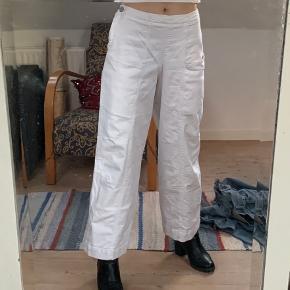 Seje baggy wide hvide bukser.