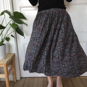 Super sød plisseret nederdel fra Monki i viskoseblanding. Størrelse XS. Kom med et bud:-)  Kan mødes i Aarhus eller København efter aftale eller sende gennem Tradonos handelssystem, hvor køber betaler porto:-)
