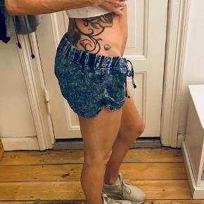 Bløde shorts i jeans look (men det er ikke jeans). Jeg bruger str XS så de er for store til mig som man måske kan se på billederne.