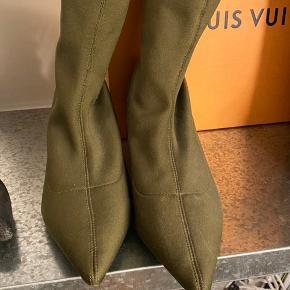 Fineste støvler / støvletter med sølvhæl fra Zara. Brugt to gange, flot stand. Str. 38, normale i størrelsen.