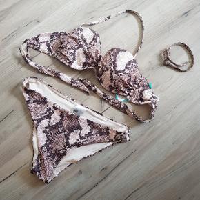 Supersmuk snake bikini med overdel i str 38 og trusser i str 40, fejler intet, med aftagelige stropper, kan sendes med Dao for købers regning :)