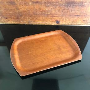 Super fine små teak bakker ❤️❤️❤️ Flot stand. Perfekte til køkkenets til olier, krydderurter mm 👌🏻✨✨32,5 x 23 cm. Pris pr. stk. 150,- kr.
