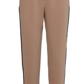 Costummade Klassisk brun buks med sort detalje/stribe på hvert ben. Bukserne er prøvet på, aldrig brugt. Prismærke er pillet af. Kender ikke nypris.