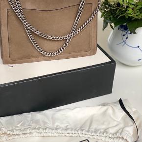 Sælger denne lækre Dionysus GG SHOULDER BAG. Tasken er kun brugt få gange.  Fremstår som absolut ny. 👜👜💛💛   Alt medfølger. Boks. Dustbag. Kvittering.   Mål: Højde 21 cm. Brede 30 cm.  Dybde 10 cm.