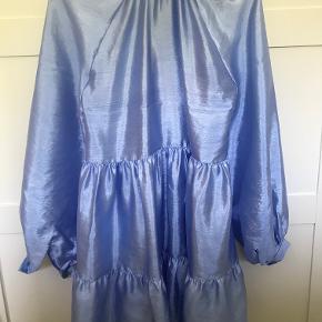 Smuk farve, der hører en underkjole med til kjolen.