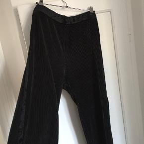 Brugt få gange.  Plisseret bukser med velour detaljer!   Får desværre ikke brugt dem.   Sender med DAO - køber betaler fragt