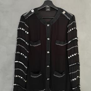 Smuk sort By Malene Birger skjorte. Brugt men stadig pæn - et par tråde er løbet.   Str 36