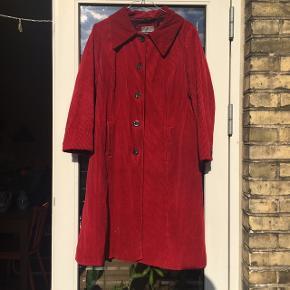 Rigtig flot rød vintage fløjlsfrakke med fine knapper og et fint prikket inderstof.