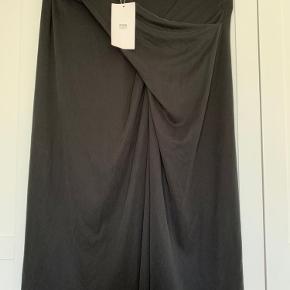 Helt ny nederdel - åbent foran se 2 billede.        købt i Zara Berlin - sælges billigt kr. 100 ellers BYD ?!?!