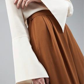 Cecco Pants i Suede Brown. Brugt og vasket i hånden en enkel gang. 100% silke.