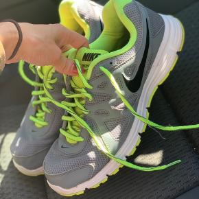 Nike Revolution 2 sneaks i grå/grøn. Kun brugt få gange. Det er str 44, men passer en str 42 da de er ret små i størrelsen.