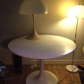Flot gammel Verner Panton panthella bordlampe, fra slut 70'erne/ start 80'erne, sælges..    Lampen er i fin og flot stand, for alderen.. har naturligvis lidt misfarvning på stammen (som de jo desværre får med tiden) og der er en lille stjerne i toppen..    Ellers ingen anmærkninger, og den virker helt perfekt..    SE OGSÅ ALLE MINE ANDRE ANNONCER.. :D