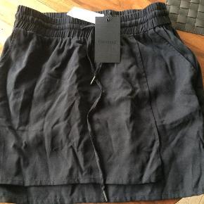 Varetype: Nederdel Farve: Sort Oprindelig købspris: 600 kr.  Helt ny og fed Geztus sort nederdel str 42 sælges ingen byt og mp 250 pp og st gebyr
