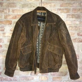 Skindjakke i kraftigt ruskind. Vintage med patina. Fedt detalje med det mønstrede foér. Baggy/oversize
