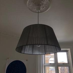 Loftslampe i grå fra By Rydéns i helt perfekt stand. Den sælges kun pga. flytning. Diameter 65 cm for neden og 45 cm for oven. Kvittering haves, kom med et bud!