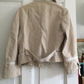 Fantastisk jakke - kan dresses op og ned. Der står str 44 på mærket, men det må være italienske/franske størrelser. Vil umiddelbart sige, den kan passes af 38-40.
