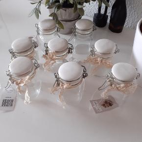 Flotte glaskrukker med keramik låg. Fra Chic Antique. Højde: 7,5 cm  Brede: 4,5 cm  8 stk i alt   (2 stk er uden pyntebånd) Nye og aldrig brugt.