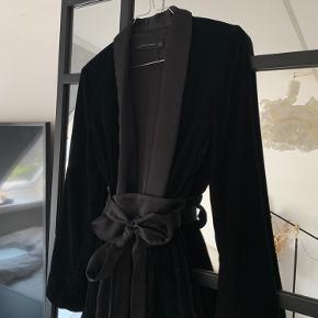 Lækker velour blazer fra Zara. Blazeren er størrelse XS men passes af større!  Kun brugt en gang, derfor fremstår den som ny.