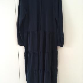 Flot kjole i baby fra Ichi kun brugt få gange. Den falder virkelig flot og har et flot spil med striber. Kom med et bud :)