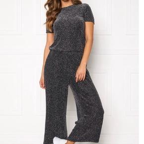 Black sparkle så fine bukser, med elastik i talje, har også toppen. Køb samlet det er billigere. Se i shop 🌸  Str svarende. Materiale:  58% nylon 37% metalfibre 5% elasthane  Prisen er fast, handler via køb nu og sendes derefter med DAO❣️