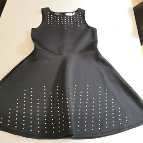 Smuk kjole med nitter