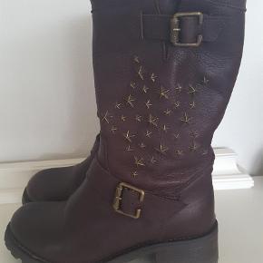 Varetype: Fede boots / støvler Farve: Brune Oprindelig købspris: 2300 kr.  De fedeste rå boots med et lækkert design. Den bedste kvalitet.  Desværre et mærke som endnu ikke er så populært i DK, men det bliver det! Jeg bytter ikke.. :O)