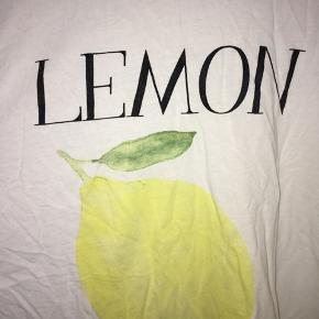 Ganni T-shirt, str. S, nypris: 400kr, misfarvninger i armhulerne pga. deodorant, BYD
