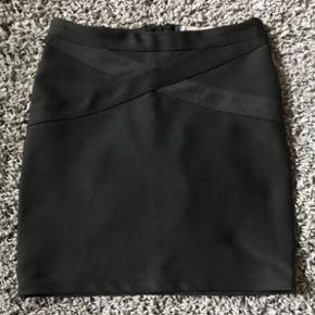 Sælger min Vero Moss nederdel, da den ikke bliver brugt. Byd gerne :)  Det er en small, men der er elastik i.