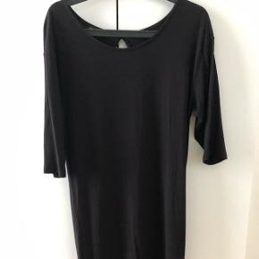 Sort kjole med åben ryg.  Brugt, men i fin stand.  Længde er til midt på låret og ærmelængden er 3/4   Køber betaler selv fragt