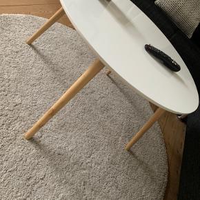 Sofabord fra jysk sælges.  Enkelte mærker/slidtage.  Fungerer som det skal. Måler 75 cm.  Kan ses og afhentes i Odense C
