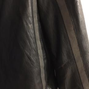 2 sidet læder jakke, i vildt blødt læder! Håndsyet i italien, kostede 4500kr brugt 3 gange.