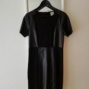 Meget smuk kjole.  Jeg har desværre ikke fået den brugt, derfor skal den videre.