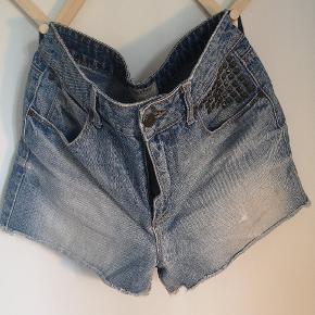 Fede shorts med nogle lækre detaljer.  W: 30.  Jeg giver gerne mængderabat ved køb af flere ting👌🏻 Skriv gerne for spørgsmål. Sælger betaler porto.