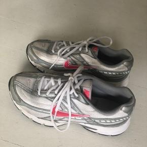 Nike Initiator str 39, købt her på Trendsales i en forkert størrelse. Få brugsspor, fin stand.  Bemærk de er små i størrelsen, fitter 38-38,5