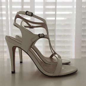 Brand: Jean-michel Cazabat Varetype: Sandaler højhælede, aldrig brugt Størrelse: 37.5 Farve: Hvide Oprindelig købspris: 2100 kr. Sandalerne er i hvid skindlak. Hælhøjden er 11 cm. (10 cm uden sålen). De er helt ubrugte i oprindelig skoæske.