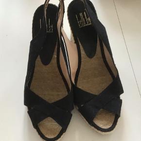 Rigtig flotte Billi Bi sandaler mee kilehæle. Ikke brugt ret meget. Indvendig sållængde 24 cm. Hælhøjden 9 cm.
