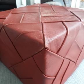 Vintage rødbrun læder puf fra 60erne/70erne  i flettet læder og snore bund. Top og bund patineret slidt.